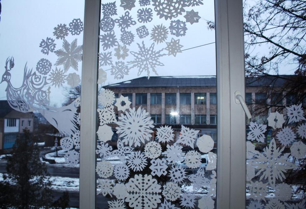 Маневицьку бібліотеку прикрасили новорічним оздобленням