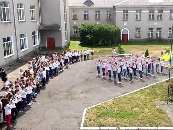 Маневицькі школярі вшанували День пам'яті та примирення