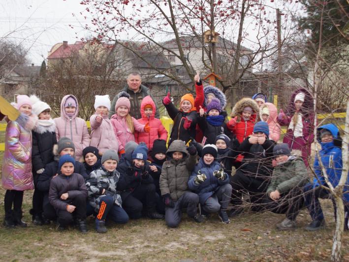 У Маневичах лісники вчили учнів, як підгодовувати птахів взимку