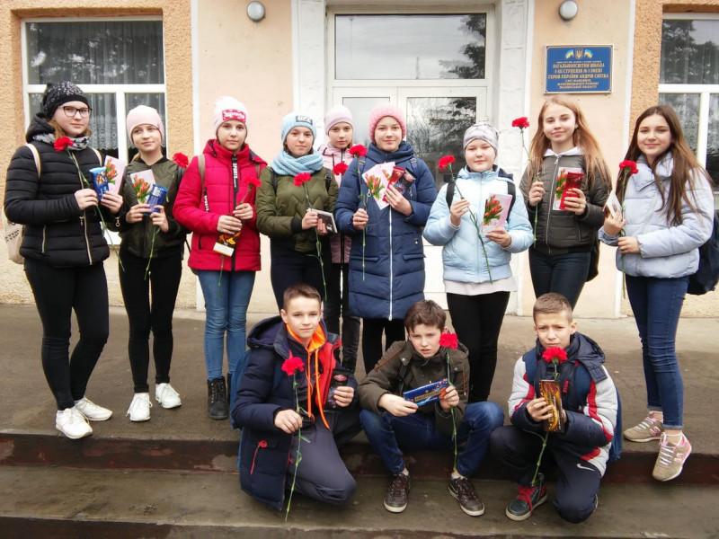 Маневицькі учні привітали вдів ветеранів Другої Світової Війни зі Святом Весни