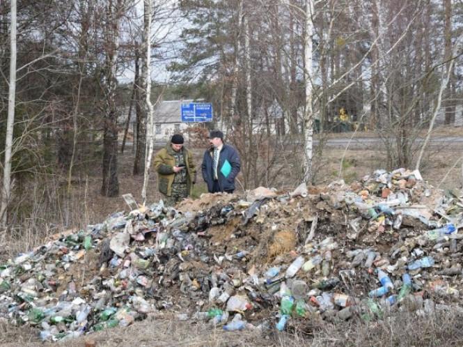 На Волині підприємець вивозив сміття у ліс КАМАЗом