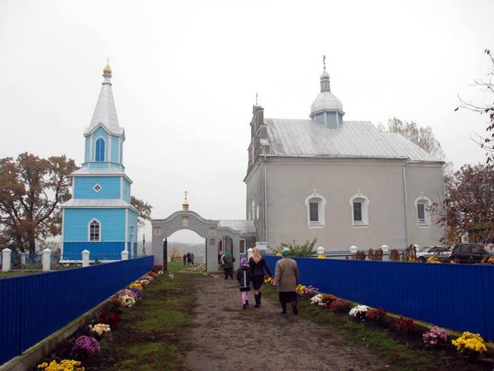 Постраждалого біля церкви у Четвертні везуть у важкому стані до Луцька