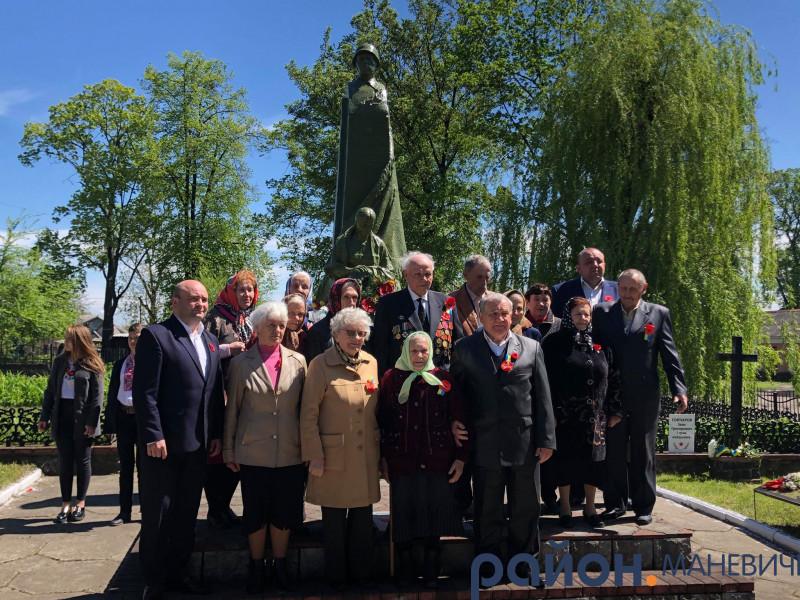 Маневичани зібрались біля Братської могили, щоб відзначити День пам'яті та примирення