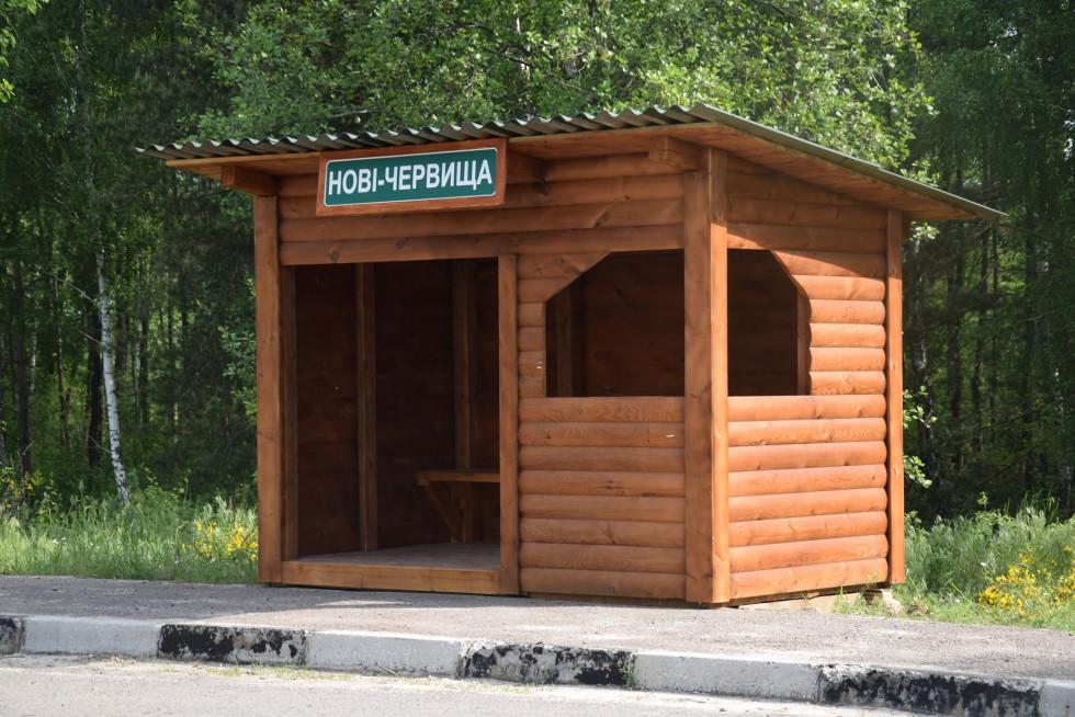 У Нових Червищах встановили дерев'яну зупинку