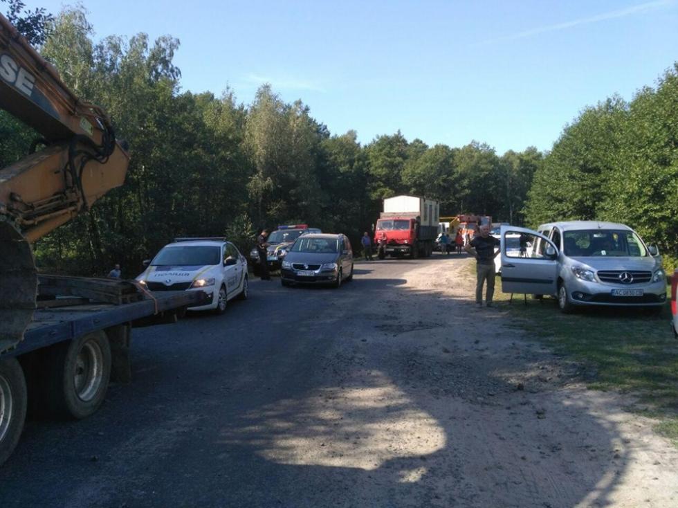 Між Прилісним іГалузією люди блокують видобуток бурштину