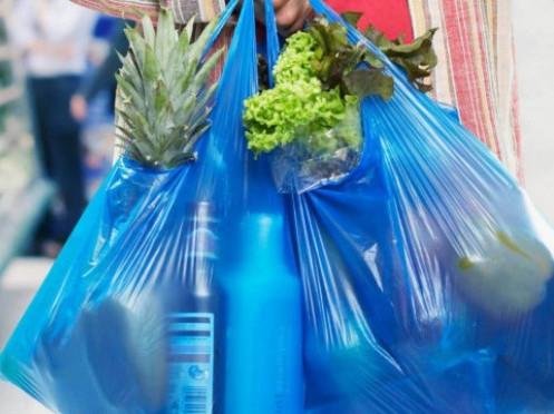 В українських магазинах планують прибрати пластикові пакети