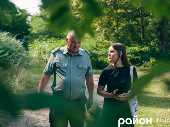 Іванна Масяк під час інтерв'ю із лісівником Анатолієм Коцем
