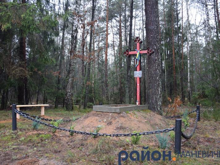 Маневицькі лісники прибрали на могилі січового стрільця