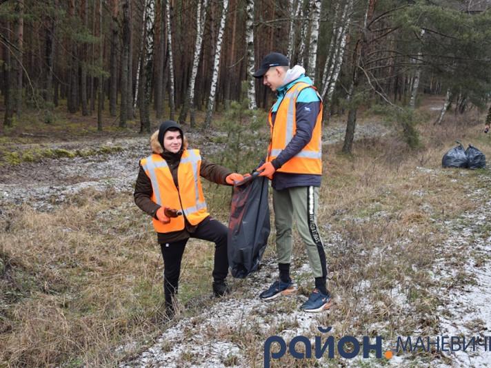 У Маневичах організували акцію «Чисті узбіччя»