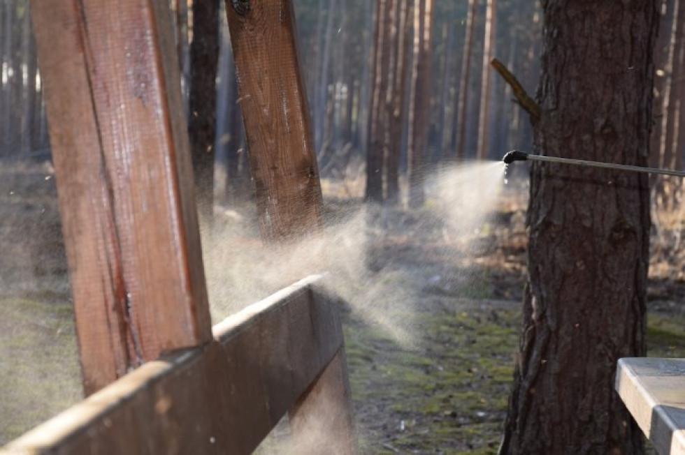 Маневицькі лісники проводять дезінфекцію зон відпочинку
