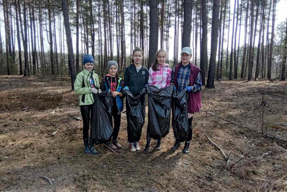 Лісова охорона та школярі очищали від сміття територію Маневицького лісгоспу