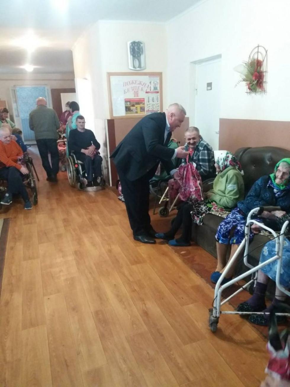 У Старому Чорторийську людям літнього віку роздали подарунки