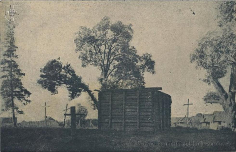 Рештки дерев'яної дзвіниці з XVII століття. https://pl.wikipedia.org