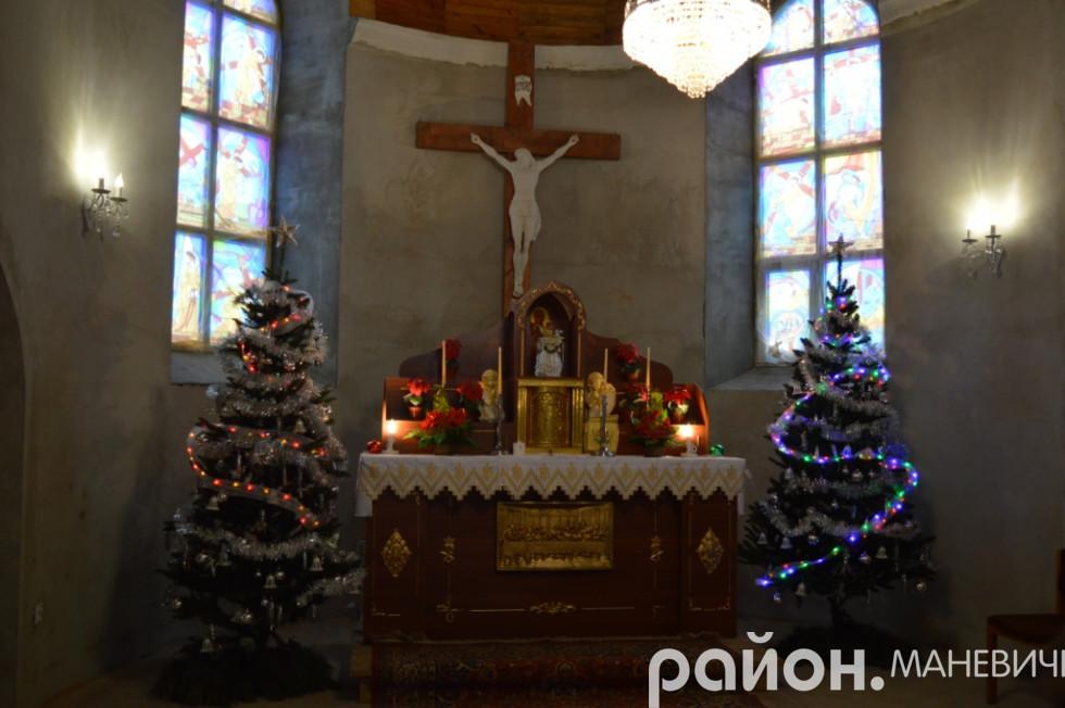 Вівтар у маневицькому костелі