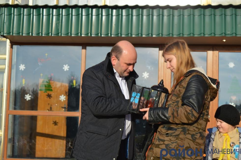 Пластунка передає Вифлиємський Вогонь Миру для жителів Маневич