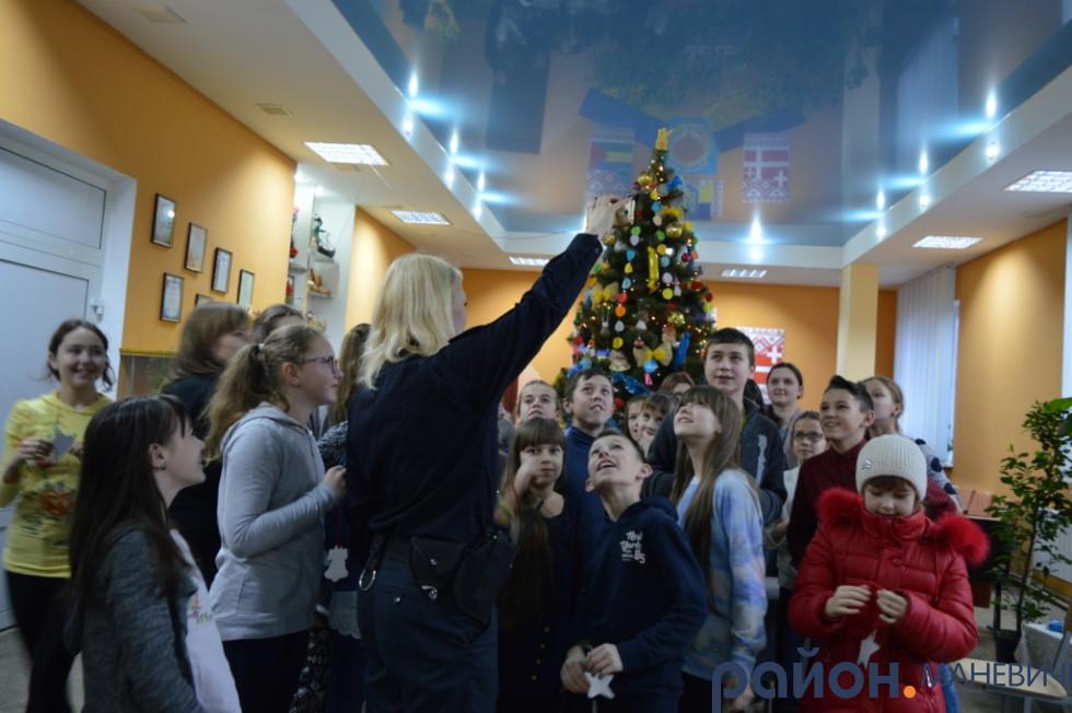 Ольга показує, як на фото видно світловідбиваючі наклейки
