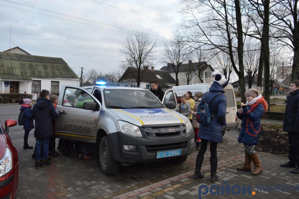 Діти «дібралися» до патрульної машини