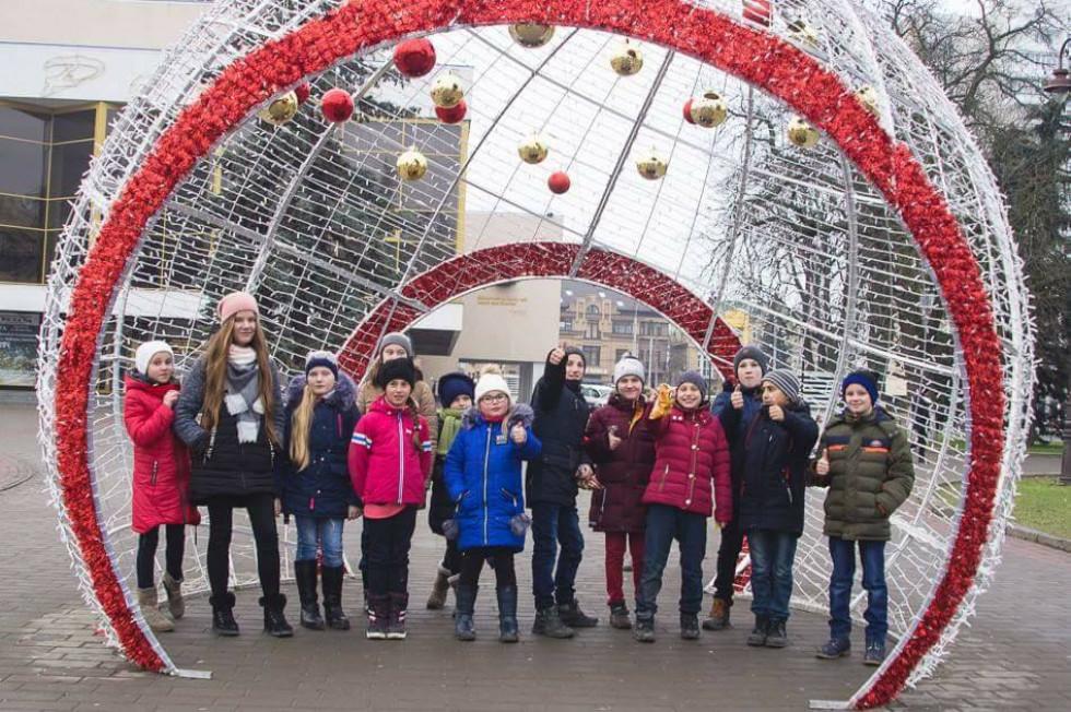 Діти на Театральному майдані Луцька біля новорічної іграшки