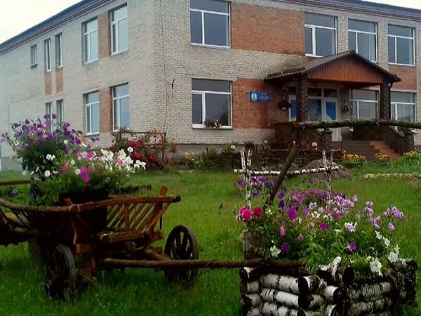 Захоплива краса шкільного двору у Костюхнівці: фотопідбірка