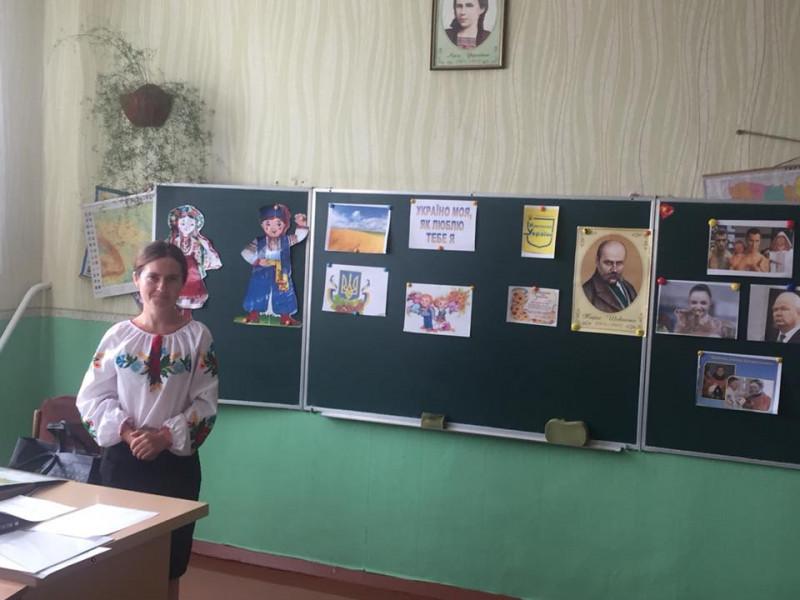 У Костюхнівській школі перші уроки присвятили патріотизму