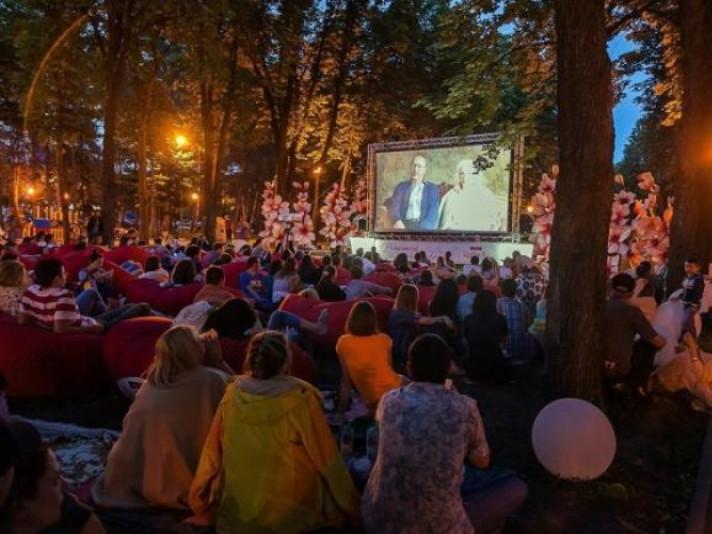 Маневичан та гостей селища запрошують на «Кіно просто неба»