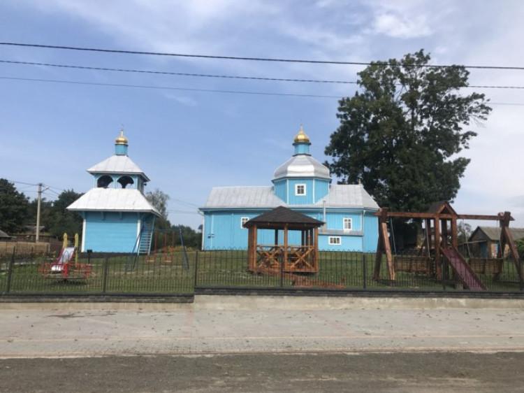У Оконську на території храму лісівники збудували альтанку