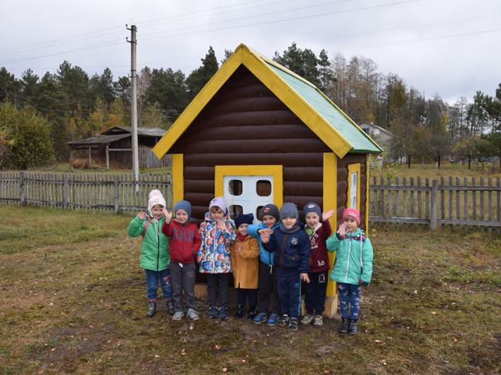 У Будках лісівники побудували дитячий майданчик