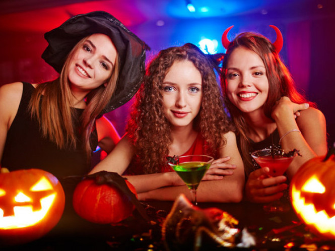 Дітям – конкурси і дискотека, дорослим – коктейлі і фільми жахів