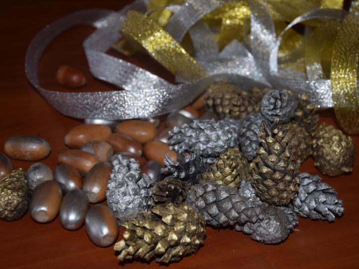Як в маневицькому лісгоспі виготовляють новорічні композиції