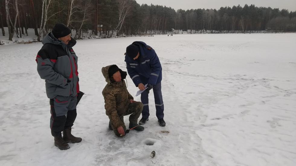 Маневицьким рибалкам розповіли про правила поведінки на льоду