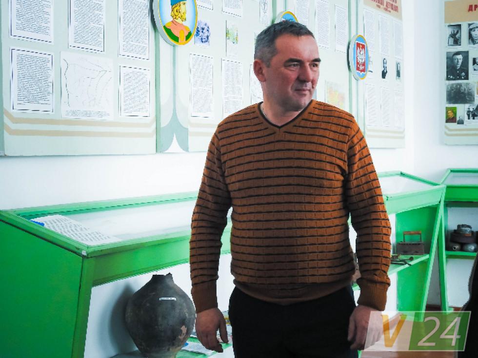 Директор школи Олег Ковердюк теж фанатіє від місцевої історії, бо історик за фахом
