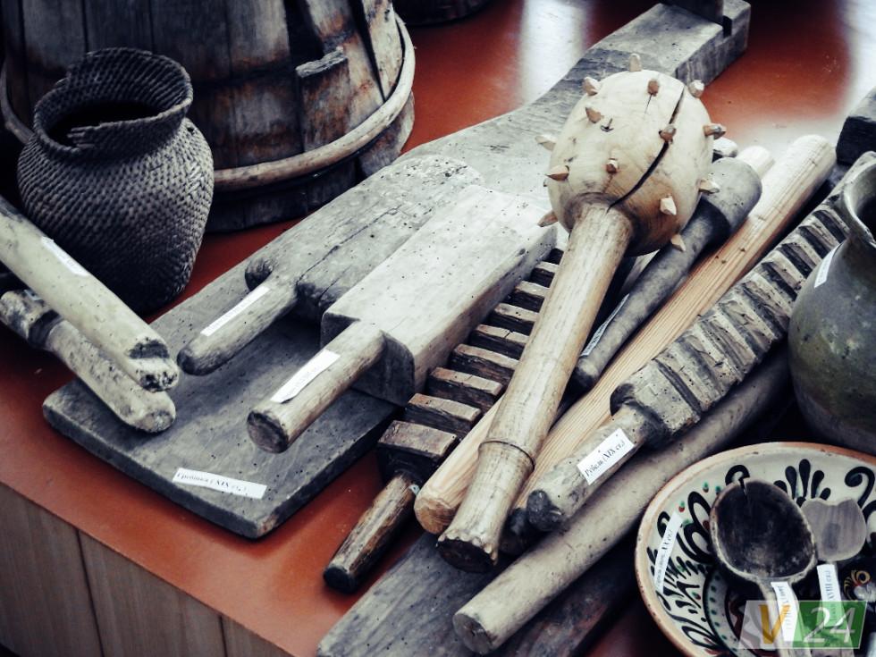 Рублі, глечики та личаки з сільських горищ перебралися у шкільний музей
