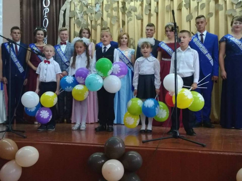 Випускники 2018 у селі Красноволя зробили подурунок вчителям та батькам