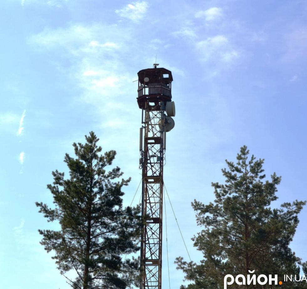 На цій вишці в Маневицькому лісовому господарстві у 1994 році встановили першу камеру на Волині