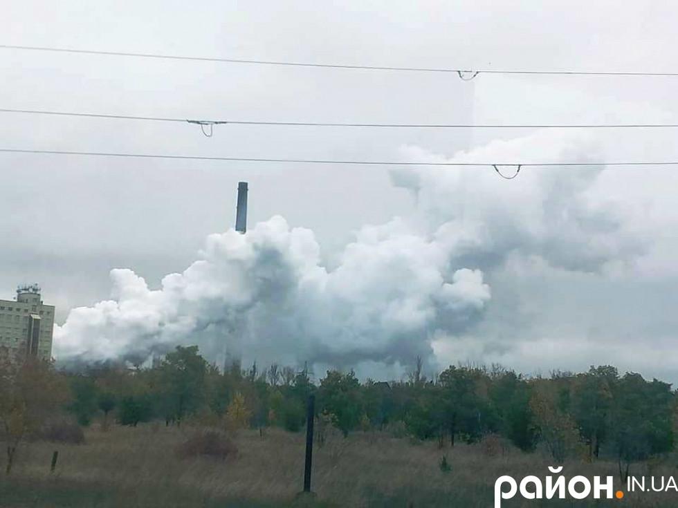 Сірі клубки диму, що снують над найбільшим в Європі коксохімічним заводом.