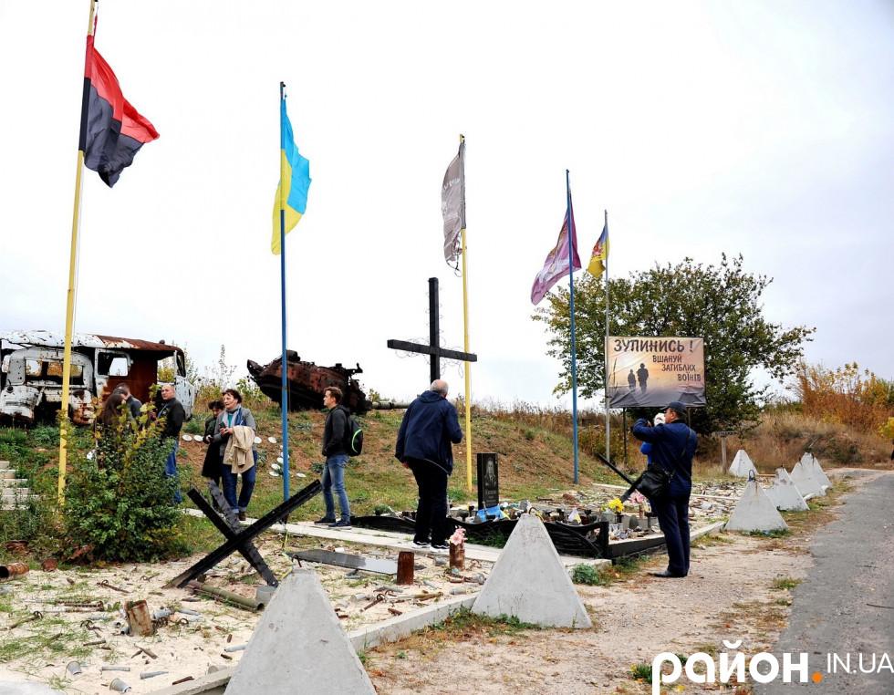 Хрест із дротом, встановлений на снарядах, якими ворог атакував позиції українських військових.